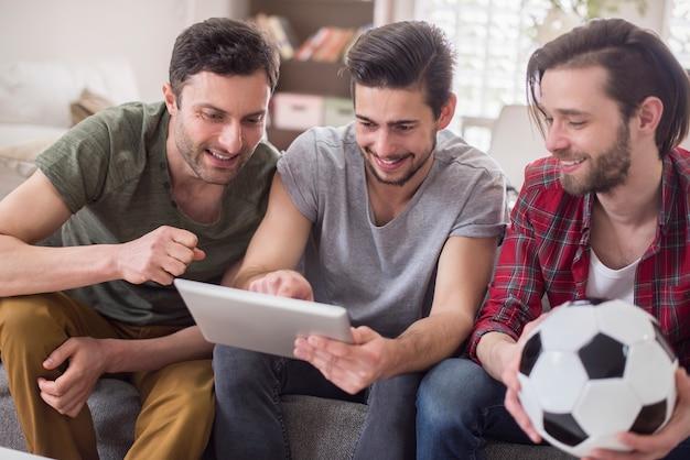 Männer, die video auf einem tablett ansehen