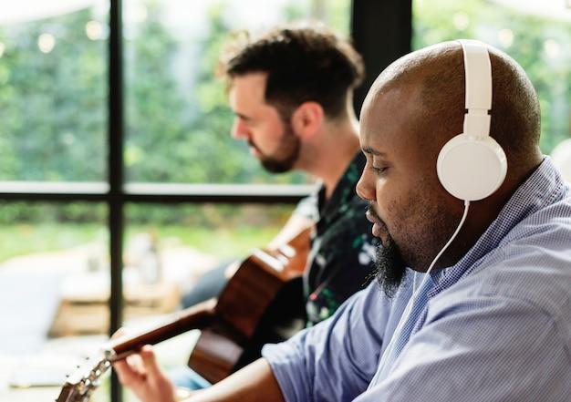 Männer, die zusammen die musik genießen