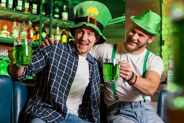 Männer feiern st. patricks gemeinsamer tag an der bar
