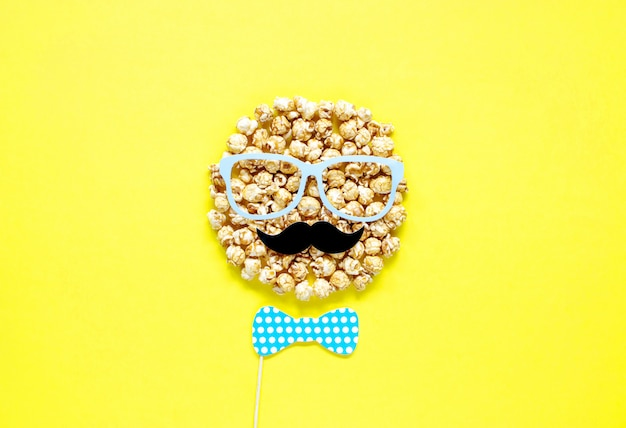 Männer gehen vom popcorn mit gläsern und dem schnurrbart voran. ansicht von oben. kreatives konzept