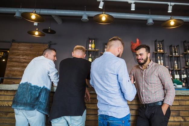 Männer genießen den abend getränke im restaurant