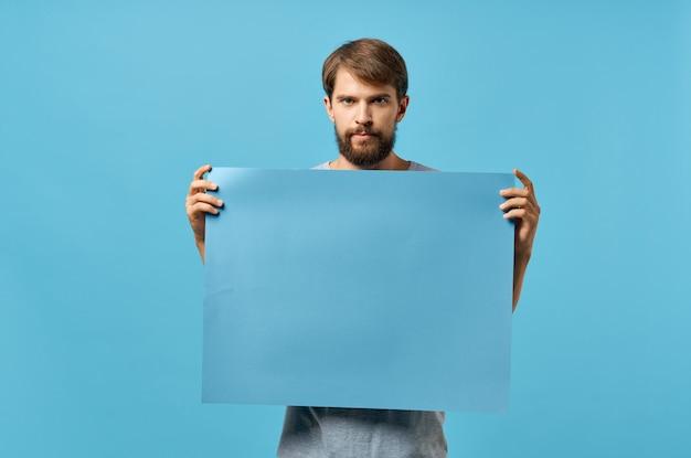Männer hinter einem blauen plakat auf blauer wand