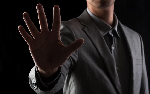 Männer in anzügen in ateliers freuen sich mit den fingern