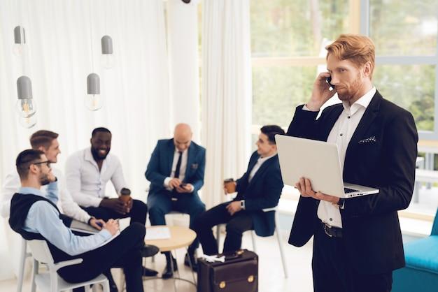 Männer in kostümen diskutieren über arbeitsprobleme.