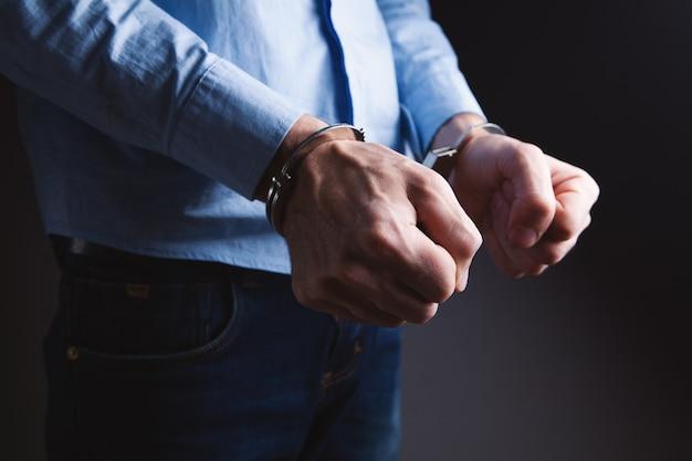 Männer in kriminellem konzept mit handschellen gefesselt