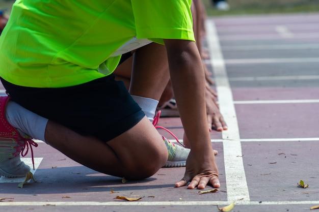 Männer in sportkleidung laufen an der laufbahn