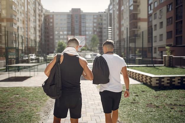 Männer in sportkleidung ruhen sich nach dem training aus