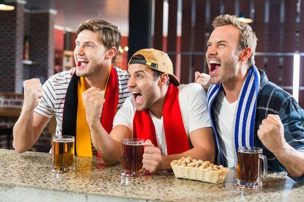 Männer jubeln mit bier