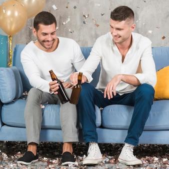 Männer mit bier auf der couch