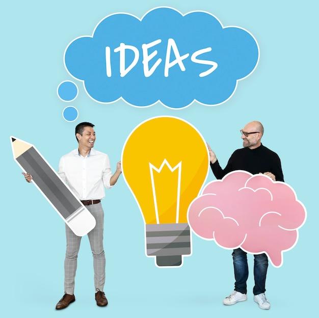 Männer mit den kreativen ideen, die ikonen der glühlampe und des gehirns zeigen