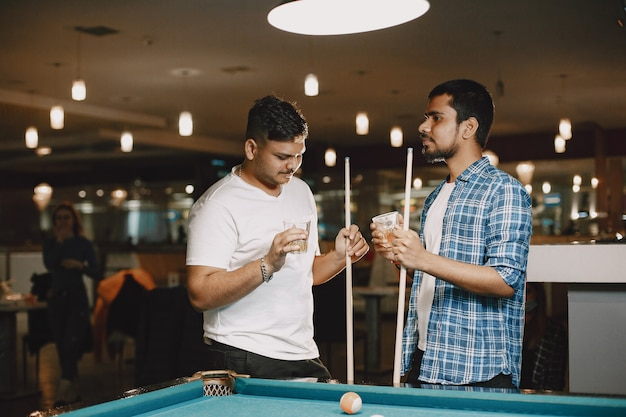 Männer mit einem stock. billiard-tisch. alkohol im club