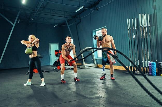 Männer mit kampfseil im funktionellen training fitness im fitnessstudio