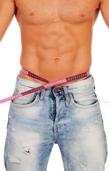 Männer mit perfekten bauchmuskeln messen seine taille