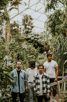 Männer posieren im garten, botanisches gewächshaus-fotoshooting