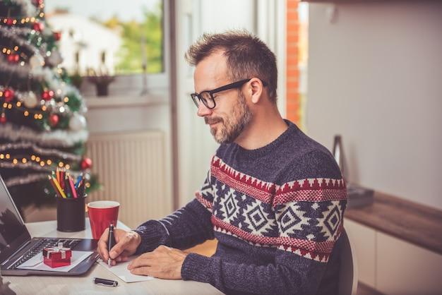 Männer schreiben weihnachtsbrief
