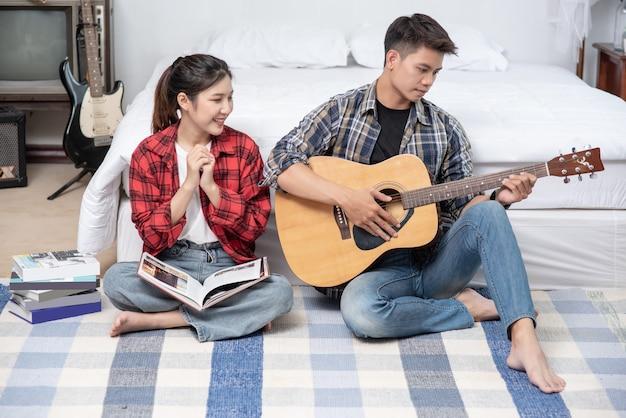 Männer sitzen gitarre und frauen halten bücher und singen.