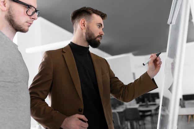 Männer sprechen über ein arbeitsprojekt