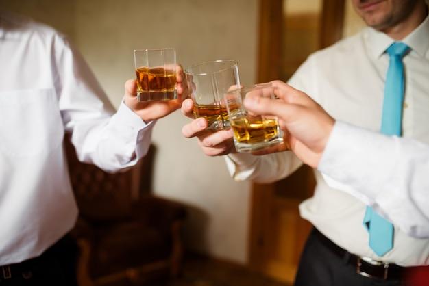 Männer trinken cognac.