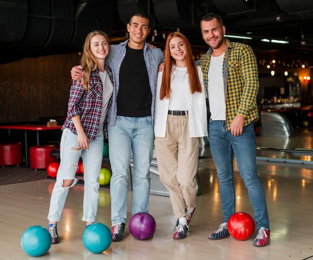 Männer und frauen, die in einem bowlingspielverein aufwerfen