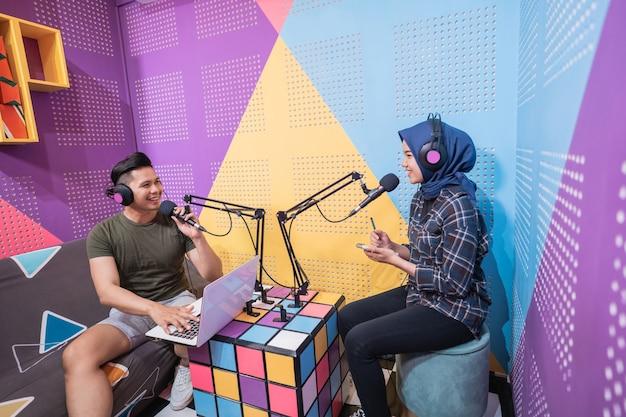 Männer und frauen diskutieren während des podcasts über live-streaming