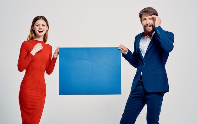 Männer und frauen halten blaue blätter papier poster modell