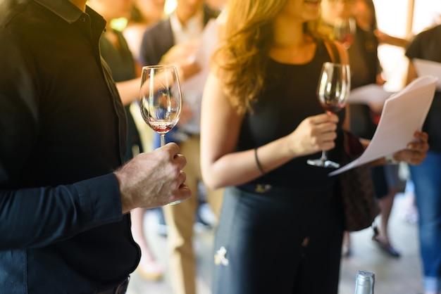Männer und frauen halten ein glas
