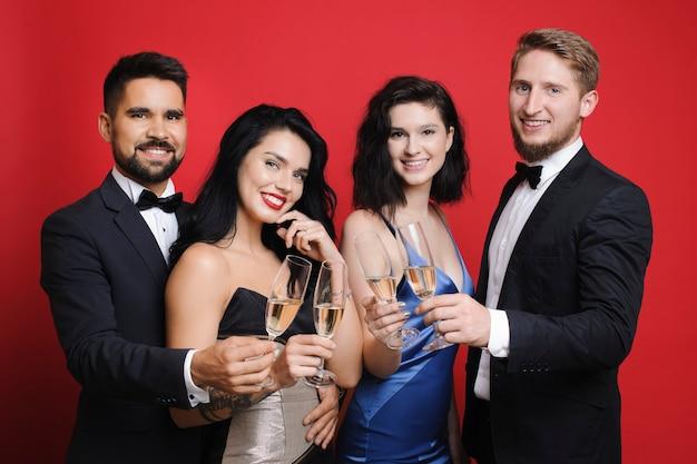 Männer und frauen mit champagner