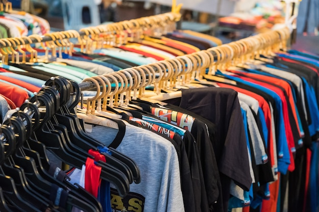 Männer und frauen sommerkleidung sweatshirts shirts hosen trikots mäntel jacken auf dem kleiderbügel in