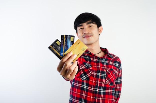 Männer und kreditkarten bezahlen mit kreditkarten bezahlung von produkten und online-zahlung durch durchziehen der karte