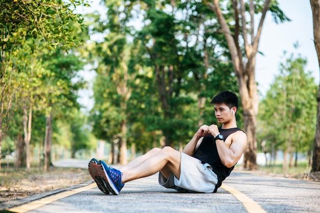 Männer wärmen sich vor und nach dem training auf