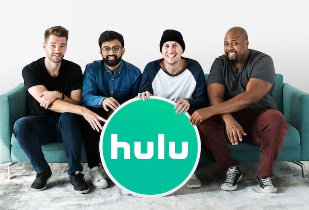 Männer zeigen ein hulu-symbol