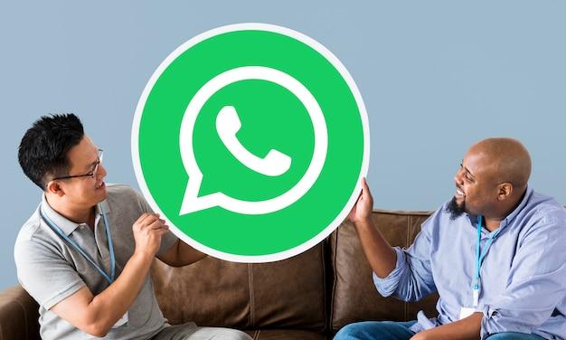 Männer zeigen ein whatsapp messenger-symbol
