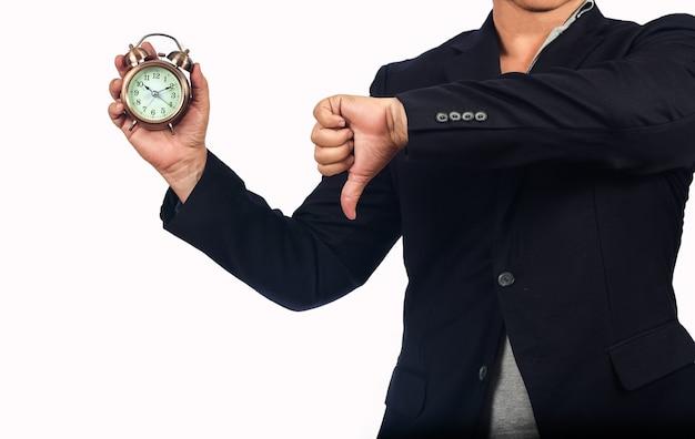 Männer zeigten dem angestellten einen wecker, der zu spät zur arbeit kam.