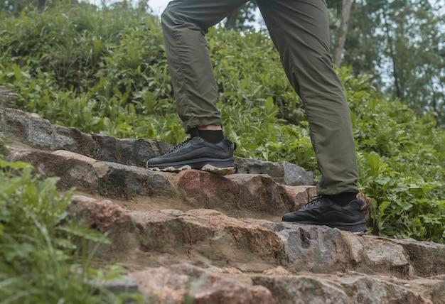 Männerbeine füße in turnschuhen beim treppensteigen in der natur im freien