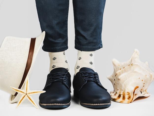 Männerbeine, trendige schuhe und helle socken