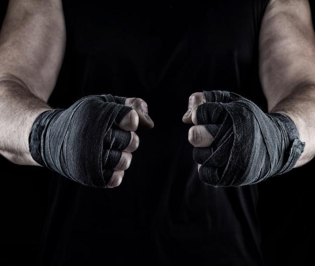 Männerhände in einen schwarzen verband gewickelt