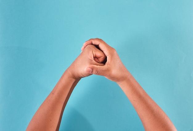 Männerhände mit latexhandschuhen zu fäusten.