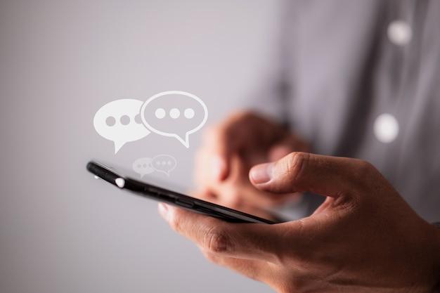 Männerhände tippen auf ihrem smartphone das konzept der social-media-marketing-technologie