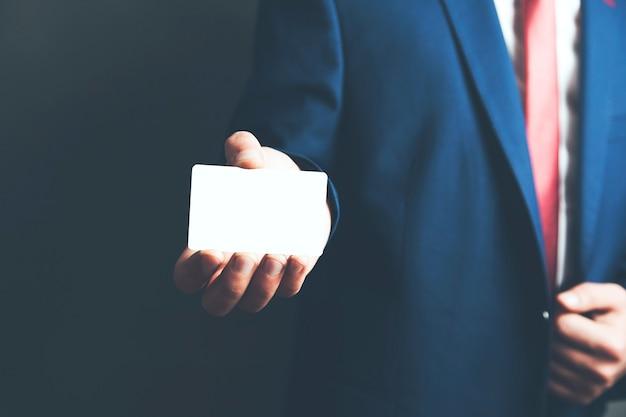 Männerhand zeigt visitenkarte