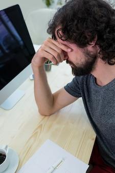 Männlich grafikdesigner im büro sitzen