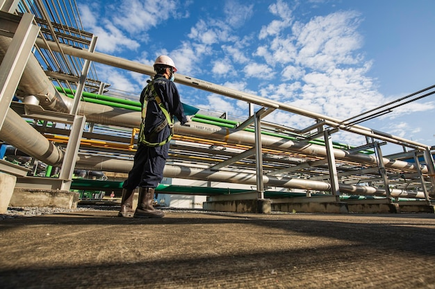 Männlich, um arbeiter visuelle inspektion von rohrleitungen und ventilkraftwerken zu sein