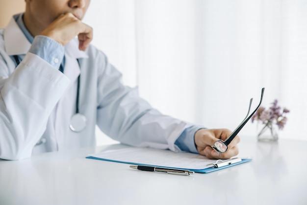 Männliche ärzte recherchieren und analysieren, analysieren krankheiten und zeichnen patienteninformationen auf