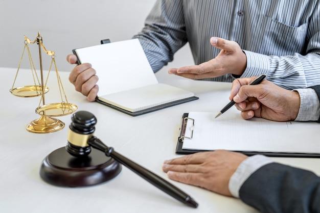 Männliche anwälte oder berater, die im gerichtssaal arbeiten, treffen sich mit dem kunden und beraten sich mit vertragspapieren des immobilien-, rechts- und rechtsdienstleistungskonzepts.