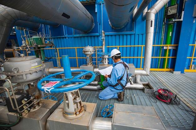 Männliche arbeiter akte entwurf aufzeichnung inspektion visuelle rohrleitung und ventile