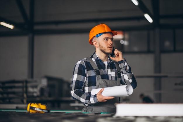 Männliche arbeiter in einer fabrik
