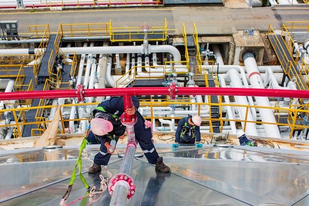 Männliche arbeiter inspektion defekt farbe rote runde anzeige und riss am stumpfschweißgerät pipeline feuerwasser durch eindringprüfung gefunden.