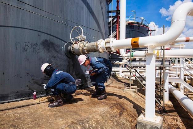 Männliche arbeiter inspektion visuelle rohrleitung und lagertank rohöl