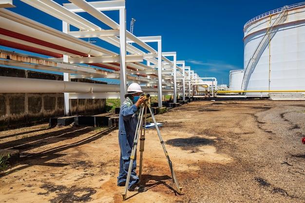Männliche arbeiter umfrage kamera inspektion visuelle pipeline öl- und gas-dampf-pipeline-industrie