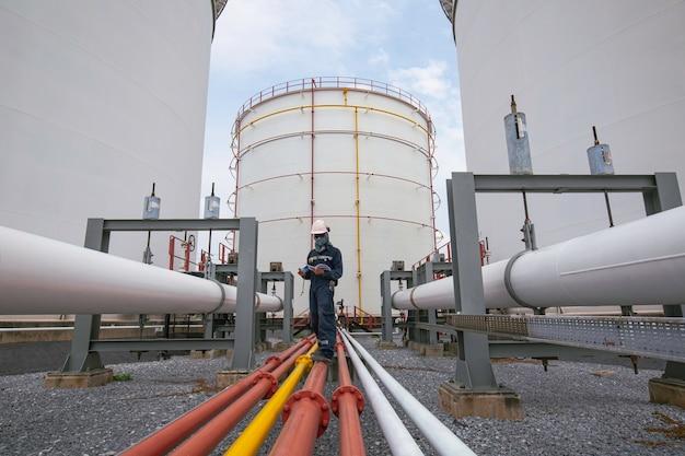 Männliche arbeiterinspektion am flanschrohr des sichtprüfungsprotokolls pipeline tanklager öl- und gasindustrie