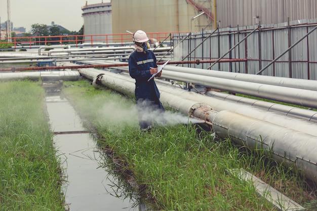 Männliche arbeiterinspektion visuelle pipeline öl- und gaskorrosion rost durch muffenrohr dampfgasleckleitung